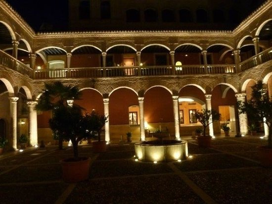 ‪‪AC Palacio De Santa Paula, Autograph Collection‬: impressive inner courtyard by night‬