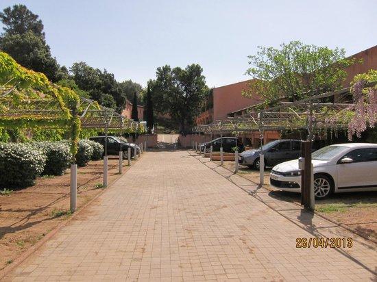 Hotel Le Roi Theodore - Relais du Silence : Parking très difficile à la manoeuvre