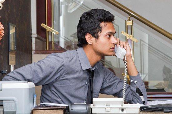Hotel Delhi Aerocity: busy receptionist