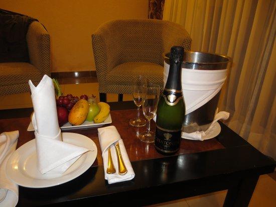 Sandos Playacar Beach Resort: Champagne & fruit