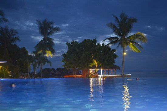 Mangodlong Paradise Beach Resort: The pool at night