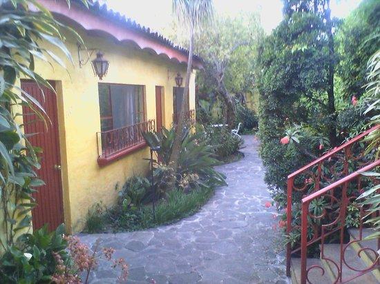 Mis Amores Hotel-Restaurante: Walkway to Room