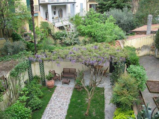 Sandra B&B: beautiful garden