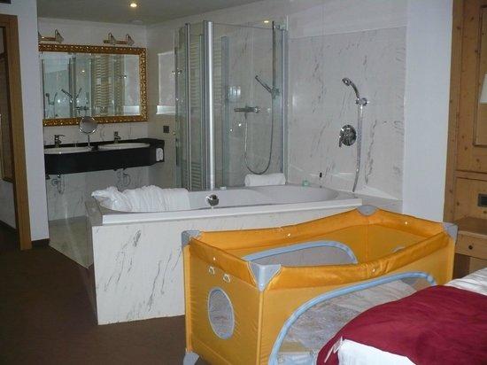 Hotel Piz Galin: vasca idromassaggio e doccia