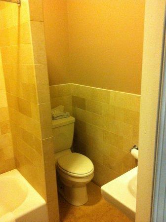 Seton Hotel: Clean Toilet
