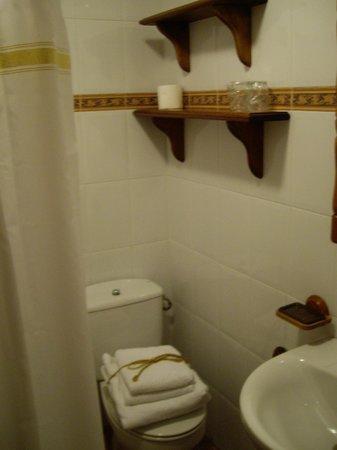 Posada Marina: baño(con detalle en las toallas)