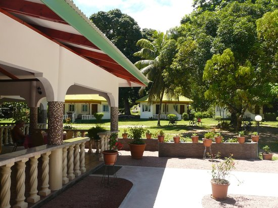 Tournesol Guesthouse: view of the garden and the bungalows from the restaurant