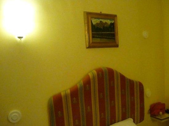 Via Veneto House: Nella foto del sito ci sono 4 bei punti luce! In realtà solo uno!