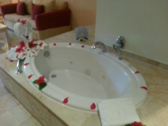 Grand Palladium Palace Resort Spa & Casino: jacuzzi tub