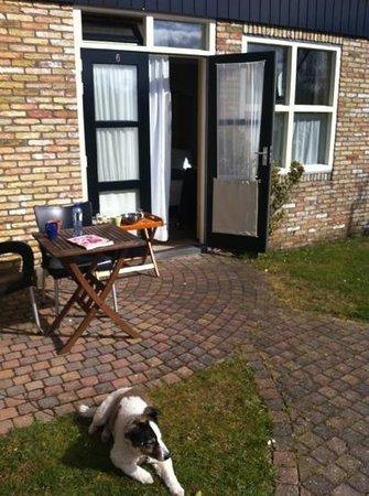 Hotel de 14 Sterren: geweldig terrasje bij goed ingerichte tuinkamer met heerlijk ontbijt op de kamer