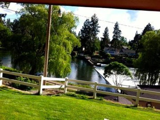 Bend Riverside Inn & Suites : River view from deck