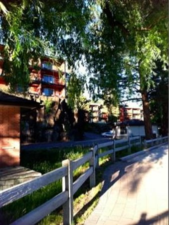 Bend Riverside Inn & Suites : Building view from river walk