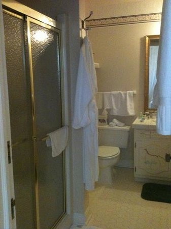The Oaks Victorian Inn: bathroom major p