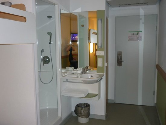 zimmer mit dusche bild von ibis budget m nchen city sued m nchen tripadvisor. Black Bedroom Furniture Sets. Home Design Ideas