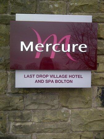 Last Drop Village Hotel & Spa: front of hotel