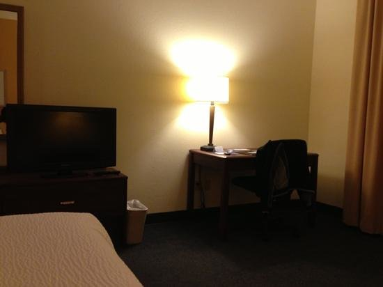 Fairfield Inn Syracuse Clay: tv / desk seen from bed