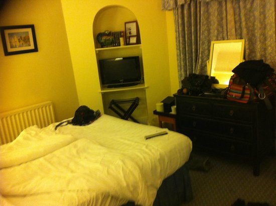 Montagu Arms Hotel: Small bedroom for the price paid