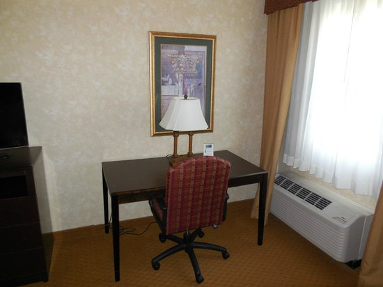 Holiday Inn Express Prince Frederick: desk space/work area