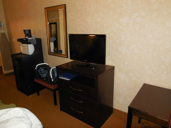 Holiday Inn Express Prince Frederick: TV, refridge, microwave & coffee-maker