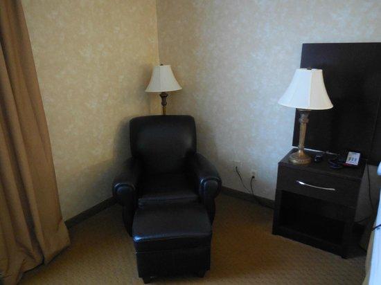 هوليداي إن اكسبرس برنس فريدريك: comfy chair (leather) with ottoman