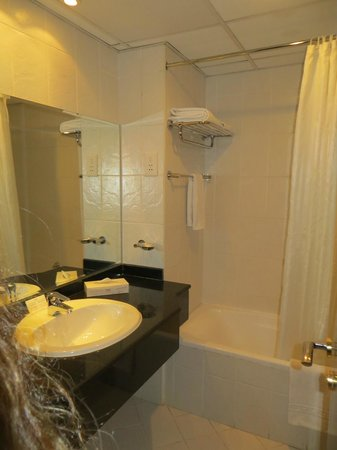 Xclusive Hotel Apartments : bathroom of the second bedroom
