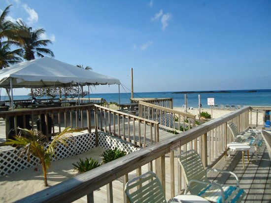 Paradise Cove Beach Resort: Deck next to the beach