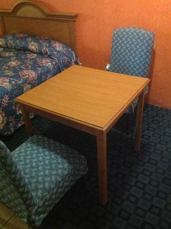 Regency Inn & Suites : table