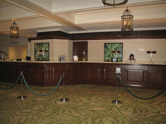 Moana Surfrider, A Westin Resort & Spa: Front Desk