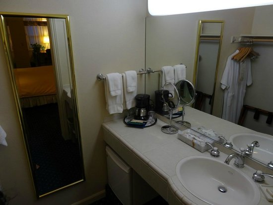 Best Western Plus Elm House Inn: an additional wash basin area apart from the one in the bathroom. Very convenient!