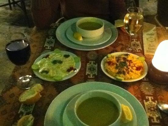 Old House Restaurant: zuppa di lenticchie e salsine humus e yoghurt menta e aglio.