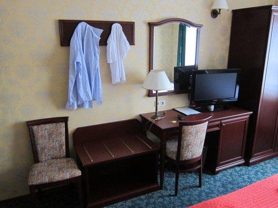 Hotel Zwanenburg: bureau and television