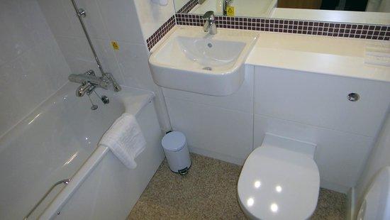 Premier Inn Derry / Londonderry Hotel: Premier Inn Derry - Standard Bathroom