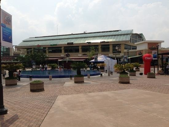Courtyard by Marriott San Salvador: water fountain and restaurants next to the hotel
