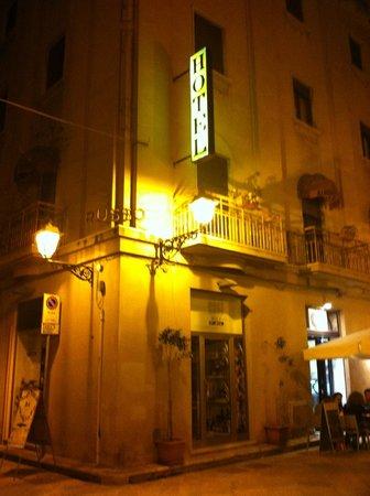 Nuovo Albergo Russo : Gatukorsningen med hotell skylten