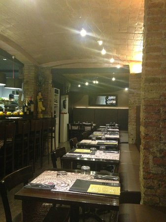 Thailandes Thai Restaurant: vista del alargado local de piedra