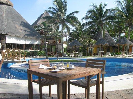 Mahekal Beach Resort: Zona piscina/Desayuno