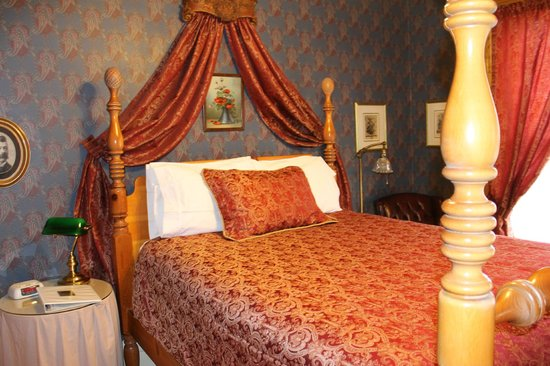 Castle Marne Bed & Breakfast : the Lang Bed