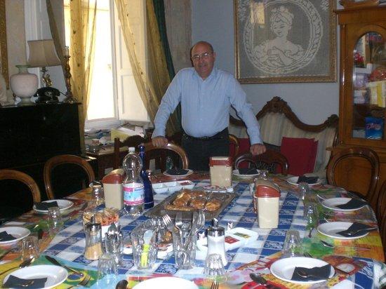 Al Tuscany B&B : Il grande tavolo delle colazioni
