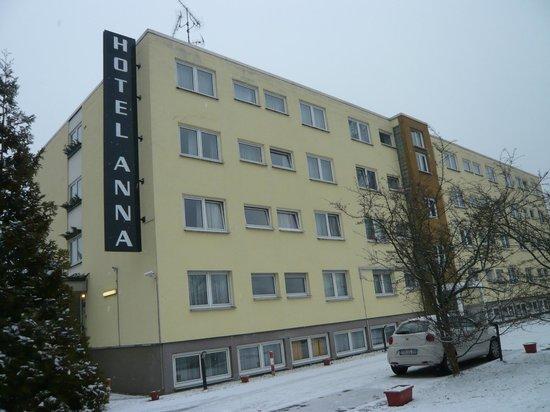 Anna Hotel: Sett nerifrån parkeringen