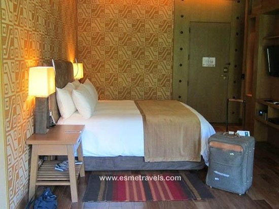 Tambo del Inka, a Luxury Collection Resort & Spa: COLORFUL GUEST ROOM