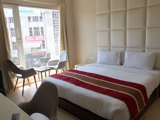 Hotel Gulnar: Bright, airy room