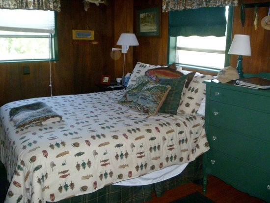 Cedars Cabins : comfy queen size bed