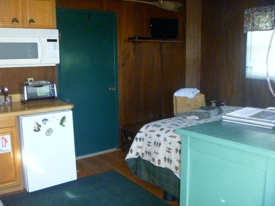 Cedars Cabins: bed & tv area