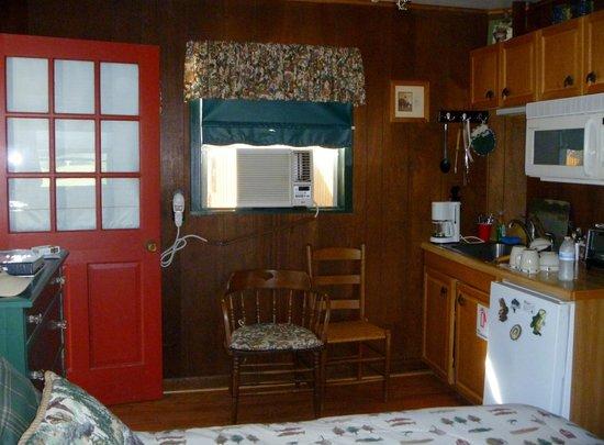Cedars Cabins: kitchenette area