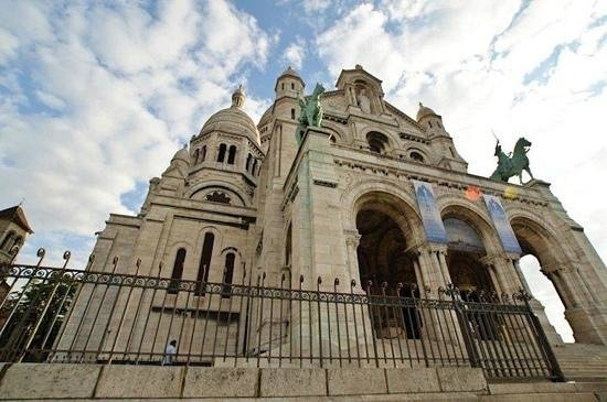 Hotel des 3 Poussins: Basilique du Sacre-Coeur - nearby attraction