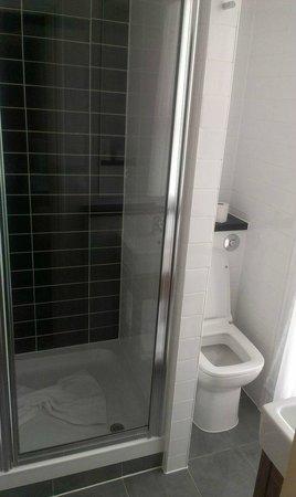 Comfort Inn Kings Cross: Bath room