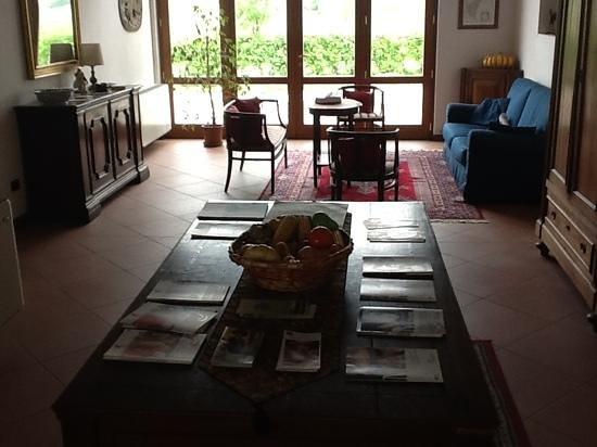Agriturismo B&B Gallo Nero: Il salotto di lettura, vicino alla sala della colazione