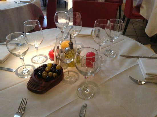 San Carlo - Bristol: beautifully laid out table with delicious olives as standard