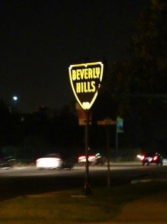 Hotel Beverly Terrace: Esta placa fica em frente ao hotel