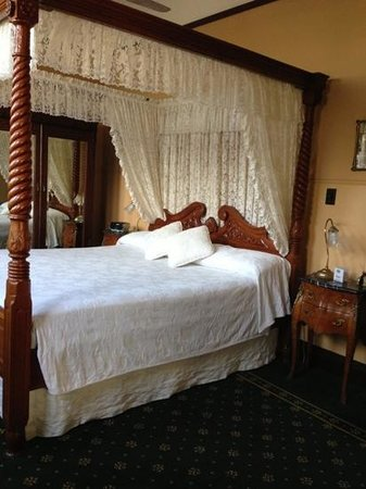 Ballina Manor Boutique Hotel: king size comfortable four poster